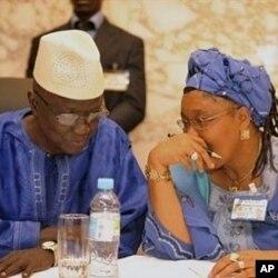 几内亚选举官员交谈