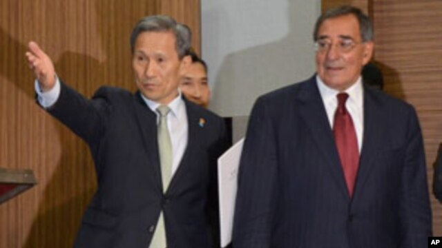 Rep. of Korea Minister of National Defense Kim Kwan-jin and U.S. Secretary of Defense Leon Panetta at the Ministry of National Defense, October 28, 2011.