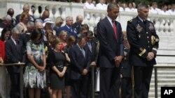 Predsednik Barak Obama tokom ceremonija polaganja venca na Grob neznanog junaka