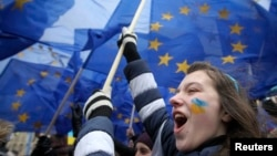 Sinh viên tham gia biểu tình ở trung tâm thủ đô Kyiv ủng hộ việc hội nhập Liên hiệp châu Âu