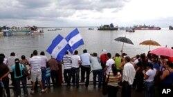 Desfile de barcazas en el río San Juan, en la frontera entre Nicaragua y Costa Rica. Los litigios sobre la soberanía de la zona continúan.