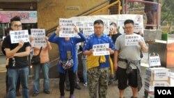 北區水貨客關注組約10名成員最近在上水火車站舉行集會,支持港府限制旅客帶奶粉出境新措施 湯惠芸拍攝