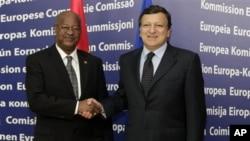 O primeiro-ministro da Guiné-Bissau, Carlos Gomes Júnior, com o presidente da Comissão Europeia, Durão Barroso, em Bruxelas