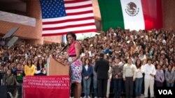 La primera dama Michelle Obama se dirigió a los jóvenes llegados de todo México en la Universidad Iberoamericana.