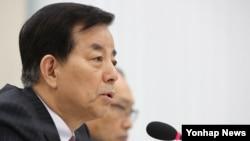 한민구 한국 국방 장관이 18일 국회에서 열린 국방위원회 전체회의에서 의원들의 한일군사정보보호협정 관련 질의에 답변하고 있다.