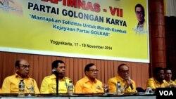 Pimpinan partai Golkar memberikan keterangan pers usai rapimnas di Yogyakarta, Rabu 19/11 (foto: Munarsih).