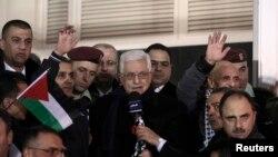 محمود عباس رهبر فلسطینیان به زندانیانی که روز سه شنبه آزاد شدند، خوشامد می گوید - رام الله، ۳۱ دسامبر ۲۰۱۳