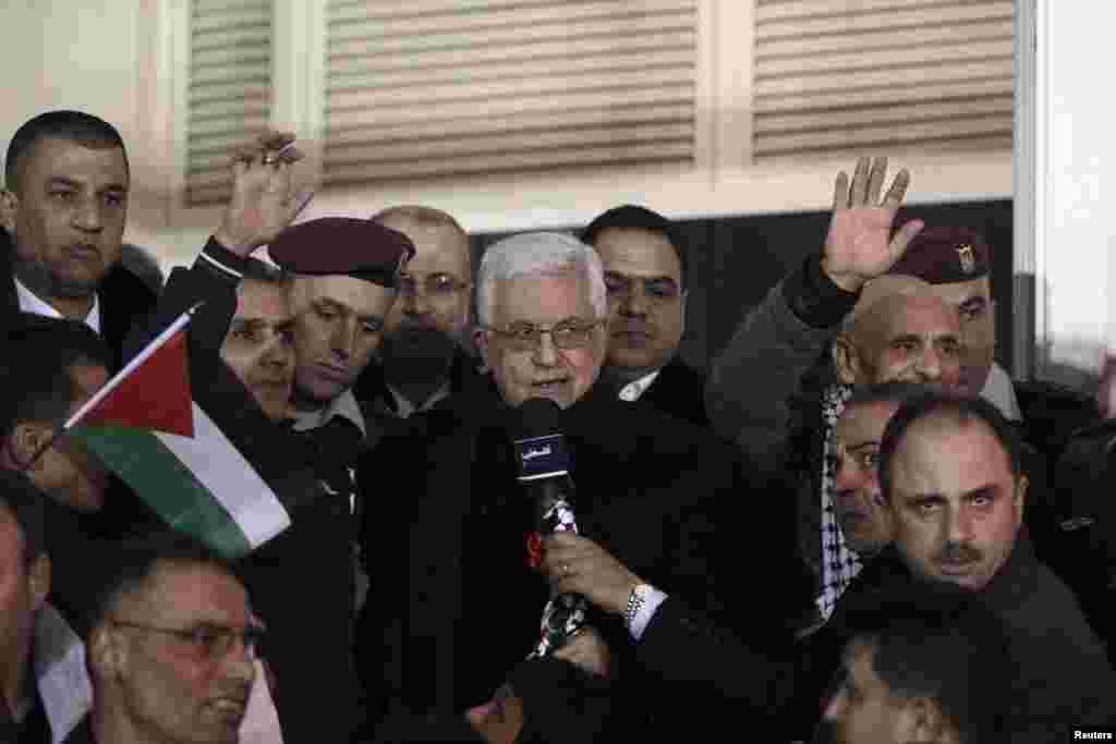 Palestinian President Mahmoud Abbas (C) speaks as he welcomes Palestinian prisoners released by Israel, in Ramallah, West Bank, Dec. 31, 2013.