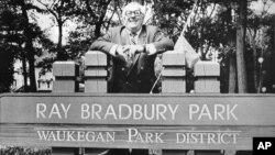 ری بردبری در مقابل پارکی در واکه گان که به نام او نامگذاری شده است. او در داستان «گل قاصدک» از زمان کودکی اش که در این پارک بازی می کرد یاد کرده است.