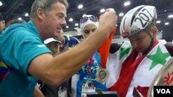 斯玛卡试戴奥运银牌(美国之音国符拍摄)