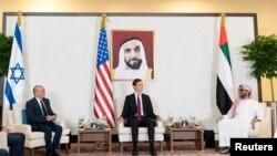 Джаред Кушнер (в центре) на переговорах Израиля с ОАЕ