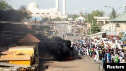 La fumée s'élève après un suicide explosion d'une bombe à Gombe 1er Février 2015