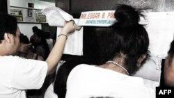 菲律宾选民在投票站查阅自己的文件