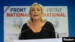 ທ່ານນາງ Marine Le Pen, ຫົວໜ້າພັກແນວໂຮມແຫ່ງຊາດ ຝຣັ່ງ ສະແດງປະຕິກິລິຍາ ຕໍ່ຜົນຂອງການເລືອກຕັ້ງ ຫຼັງຈາກ ໜ່ວຍປ່ອນບັດອັດລົງ ທີ່ເມືອງ Nanterre, ໃກ້ກັບ ປາຣີ ວັນທີ 25 ພຶດສະພາ 2014.