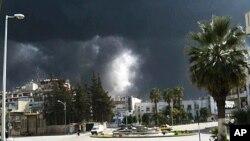 27일 정부군 폭격으로 연기나는 시리아 홈스 시.