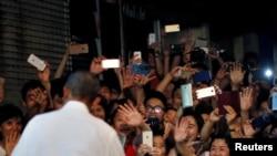 Presiden AS Barack Obama disambut warga setelah makan di restoran lokal di Hanoi, Vietnam (23/5). (Reuters/Carlos Barria)