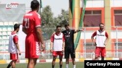 انوش دستگیر، مربی تیم ملی فوتبال افغانستان حین صحبت با بازیکنان تیمش
