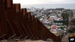 Фрагмент нової прикордонної стіни, що відокремлює Тіхуану, Мексика, (зверху ліворуч) від Сан-Дієго (праворуч) у Сан-Дієго, 15 січня 2019 р.