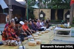 Bupati Bantul Suharsono (mengangkat tangan, berdoa) hadir pada kenduri lintas iman di gereja Ganjuran sementara Warsito (memegang mikrofon) memimpin doa mewakili ummat Islam (foto VOA/Munarsih Sahana)