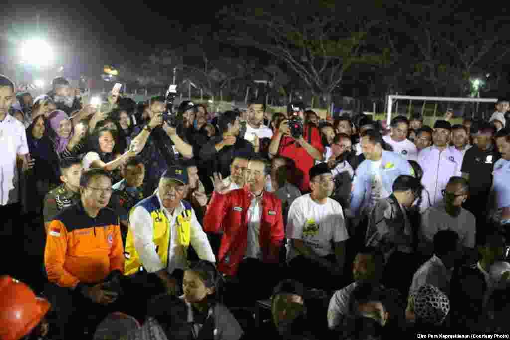 Presiden Joko Widodo menyaksikan penutupan Asian Games 2018 bersama para pengungsi Lombok, 2 September 2018.
