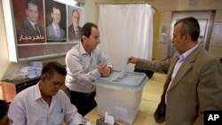 A man casts his vote during the presidential election in Damascus, Syria, June 3, 2014.