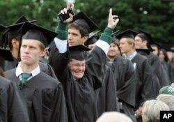 다트머스 대학교 졸업식에서 늦깎이 졸업생이 승리의 브이자를 그리고 있다.