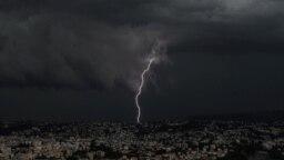 Kilatan petir tampak menyala di atas kota Nice di Riviera Prancis, Minggu 26 September 2021. (Foto: AFP)