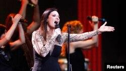 La cantante italiana Laura Pausini se solidariza con Venezuela durante su actuación en Viña del Mar.