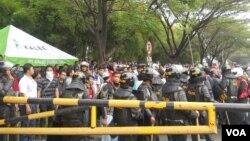 Aksi ribuan orang buruh di kawasan industri Cikarang, Bekasi, Jawa Barat dijaga ketat aparat keamanan, 31 Oktober 2013 (VOA/Andylala)