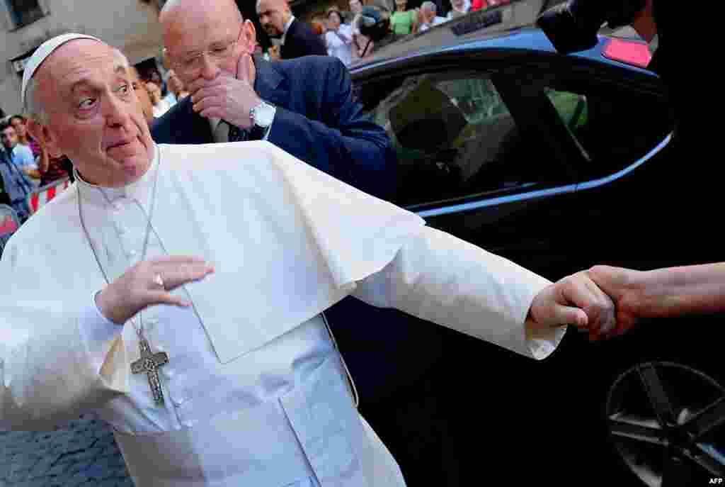 Papa Francis, snimljen u neobičnom trenutku, toplo je pozdravljen po povratku u Rim.