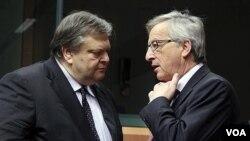 Menteri Keuangan Yunani Evangelos Venizelos (kiri) berbincang dengan Ketua Menkeu zona Euro, Jean-Claude Juncker di Brussels.