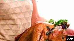 Bữa ăn đặc thù bao gồm các món như gà tây, khoai tây, thịt nhồi, cùng với nước sốt trái cranberry và bánh bí ngô