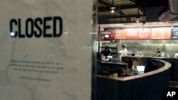 El restaurante Chipotle, localizado en Cleveland Circle, en Boston fue clausurado y está siendo desinfectado, luego que reportaran que uno de los empleados también enfermó el pasado jueves.