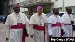 Monseigneur Luis Mariano Montemayor (second à gauche) nonce apostolique en RDC, marche avec des évêques congolais avant l'ouverture du dialogue politique, à Kinshasa, RDC, 8 décembre 2016. (VOA/Top Congo)