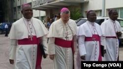 Askofu Luis Mariano Montemayor, wapili kutoka kushoto mwakilishi wa Vatican huko DRC akitembea na maskofu wenzake kuelekea ukumbi wa mazungumzo Kinshasa. Dismeba 8 2016 (VOA/Top Congo)