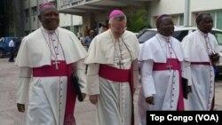 Deuxième de la gauche, Monseigneur Luis Mariano Montemayor, Nonce apostolique en RDC, marche avec des évêques congolais avant l'ouverture du dialogue politique, à Kinshasa, RDC, 8 décembre 2016. (VOA/Top Congo)