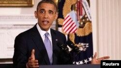 El presidente Obama habla desde el comedor de la Casa Blanca.