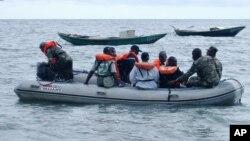 Les gardes-côtes camerounais au large de Kribi, Cameroun, le 26 mars 2006.