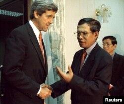 រូបឯកសារ៖ លោក John Kerry នៅក្នុងឋានៈជាព្រឹទ្ធសមាជិកសភាអាមេរិកចាប់ដៃជាមួយលោកនាយករដ្ឋមន្រ្តី ហ៊ុន សែន នៅក្នុងរាជធានីភ្នំពេញ កាលពីថ្ងៃទី២៨ ខែមេសា ឆ្នាំ២០០០។