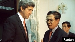 U.S. Senator John Kerry (L) shakes hands with Cambodia Prime Minister Hun Sen in Phnom Penh April 28. Kerry, a member of the U.S. Senate's East Asian and Pacific Subcommittee, urged Cambodia on Friday to decide how to try former Khmer Rouge leaders, file photo.