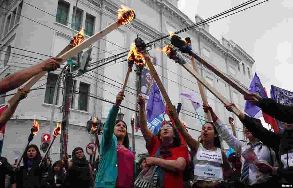 Para anggota organisasi-organisasi feminis ambil bagian dalam demonstrasi melawan kekerasan gender pada Hari Internasional untuk Penghapusan Kekerasan Terhadap Perempuan di Valparaiso, Chile (25/11). (Reuters/Rodrigo Garrido)