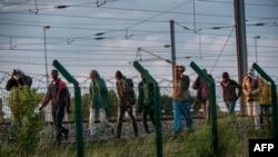 2015年7月28日,在法国北部城镇弗雷顿,移民们试图通过欧洲隧道进入英国。