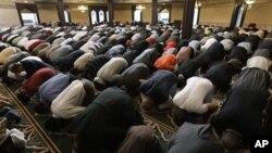 """Molitva u džamiji """"Islamski centar Amerike"""" u Dirbornu"""