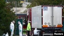 Cảnh sát đang khám nghiệm hiện trường chiếc xe container nơi phát hiện 39 thi thể di dân lậu ở Essex, Anh quốc