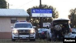 Askari na wafanyakazi wa dharura wakiwa katika eneo la mauaji katika kanisa la First Baptist huko Sutherland Springs, Texas, Nov. 5, 2017.