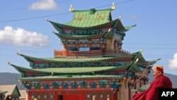 Budistički kaluđeri dolaze na molitvu u budistički hram u Ulan Udeu