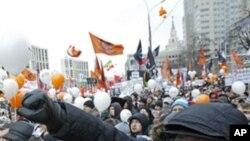 莫斯科的示威者在12月24日的反政府集会上高呼口号