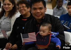 在马里兰州的一次规划入籍仪式上,将近100人成为美国新公民。(2015年10月3日)