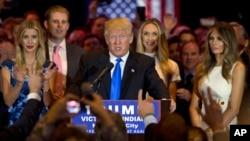 미국 대통령 선거에 출마한 도널드 트럼프 후보가 지난 3일 공화당 인디애나주 예비선거 승리가 확정된 후 가족과 지지자들의 축하를 받고 있다.