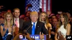 美国共和党总统参选人川普和女儿伊万卡(左)、儿子埃里克(左)和妻子梅拉尼亞(右)2016年5月3日在纽约开记者会